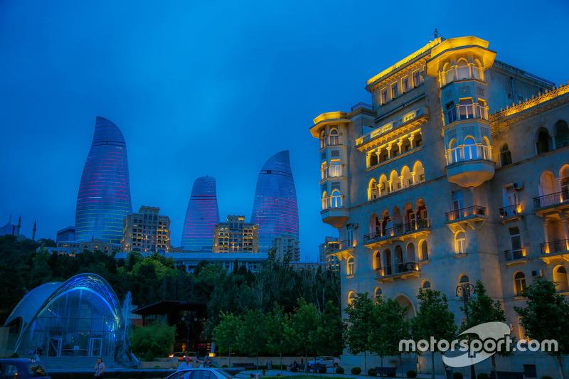 Ambiente de noche de Bakú, Torres Flame y casco antiguo