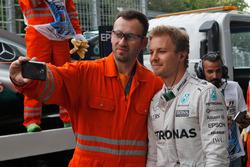 Nico Rosberg, Mercedes AMG F1 con un marshals dopo essersi fermato nella seconda sessione di prove libere