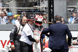 Казуки Накаджима, #5 Toyota Racing Toyota TS050 Hybrid и Роб Леубен, Toyota Motorsport после финиша