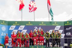 Podio LMGT Am: vincitori di classe #62 Scuderia Corsa Ferrari 458 Italia: Bill Sweedler, Jeff Segal, Townsend Bell, al secondo posto #83 AF CorseFerrari 458 Italia: François Perrodo, Emmanuel Collard, Rui Aguas, al terzo posto #88 Abu Dhabi Proton Competi