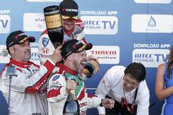Podium: juara lomba Tiago Monteiro, Honda Racing Team JAS, Honda Civic WTCC; peringkat kedua Yvan Muller, Citroテォn World Touring Car Team, Citroテォn C-Elysテゥe WTCC; peringkat ketiga Norbert Michelisz, Honda Racing Team JAS, Honda Civic WTCC