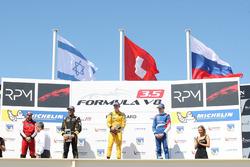 Победитель гонки Луи Делетраз, Fortec Motorsports вместе с призерами Роем Ниссани, Lotus и Егором Оруджевым, Arden Motorsport