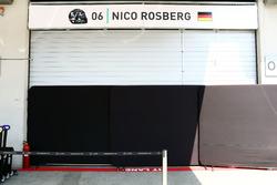 Porte chiuse al box di Nico Rosberg, Mercedes AMG F1 dopo il suo incidente nella terza sessione di prove libere