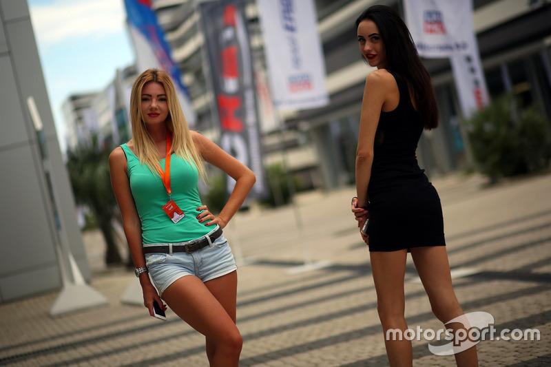 Chicas en el paddock