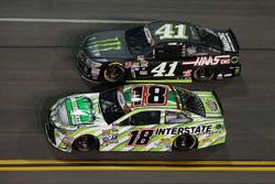 Kyle Busch, Joe Gibbs Racing Toyota, Kurt Busch, Stewart-Haas Racing Chevrolet