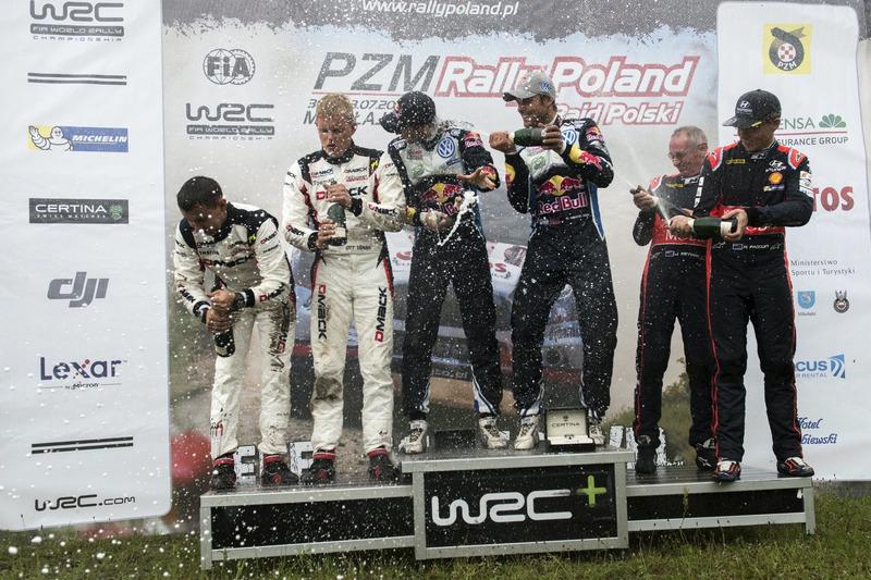 Podio: Ganadores Andreas Mikkelsen, Anders Jäger, Volkswagen Polo WRC, Volkswagen Motorsport; segundo lugar Ott Tanak, Raigo Molder, DMACK World Rally Team; terce lugar Hayden Paddon, John Kennard, Hyundai i20 WRC, Hyundai Motorsport