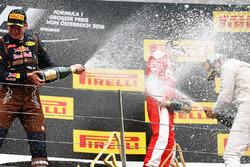 Winnaar Lewis Hamilton, Mercedes AMG F1 viert op het podium met Max Verstappen, Red Bull Racing en Kimi Raikkonen, Ferrari