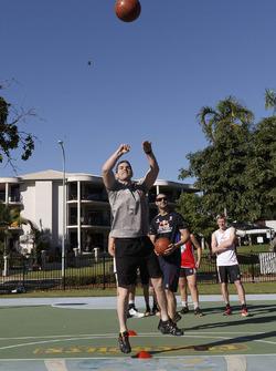 Craig Lowndes, Triple Eight Race Engineering Holden  basketbol oynuyor
