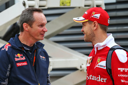 (da sx a dx): Paul Monaghan, Red Bull Racing Chief Engineer con Sebastian Vettel, Ferrari
