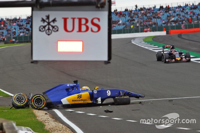 11 (GP de Gran Bretaña) Marcus Ericsson, Sauber C35 accidente en la tercera sesión de libres