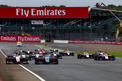 Start action Arjun Maini, Jenzer Motorsport leads