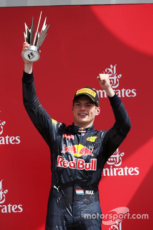 Max Verstappen, Red Bull Racing celebra la tercera posición en el podio (luego fue 2º)