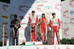 Podio carrera 3 novatos: segundo lugar Sebastian Wahbeh Fernandez, RB Racing, ganador de la carrera Juri Vips, Prema Powerteam, y el tercer lugar Juan Manuel Correa, Prema Powerteam, y Fabienne Wohlwend, Aragon Racing