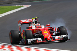 Kimi Raikkonen, Ferrari SF16-H locks up under braking