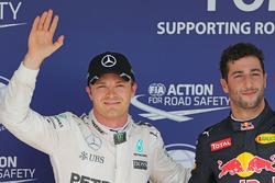 Ganador de la pole Nico Rosberg, Mercedes AMG F1 y el tercer lugar Daniel Ricciardo, Red Bull Racing