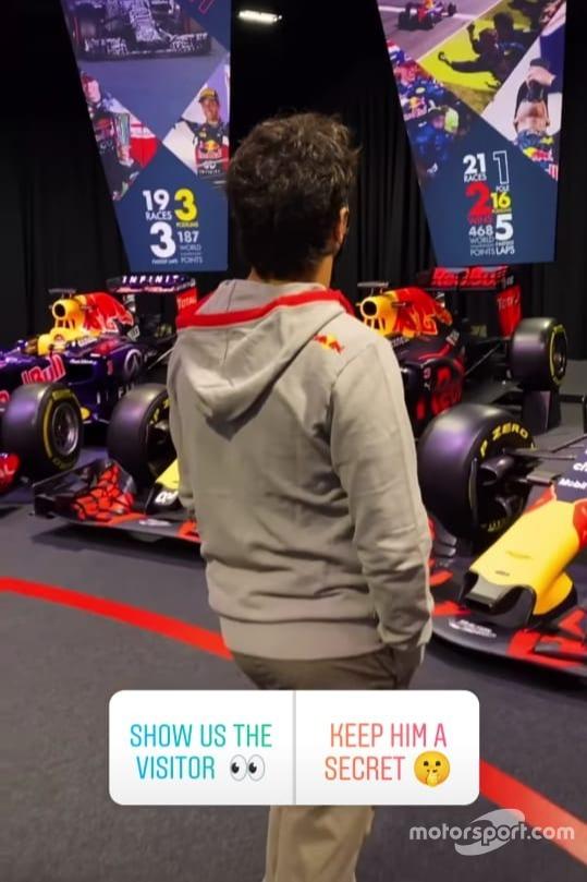 Sergio Pérez en su visita a Red Bull Racing.