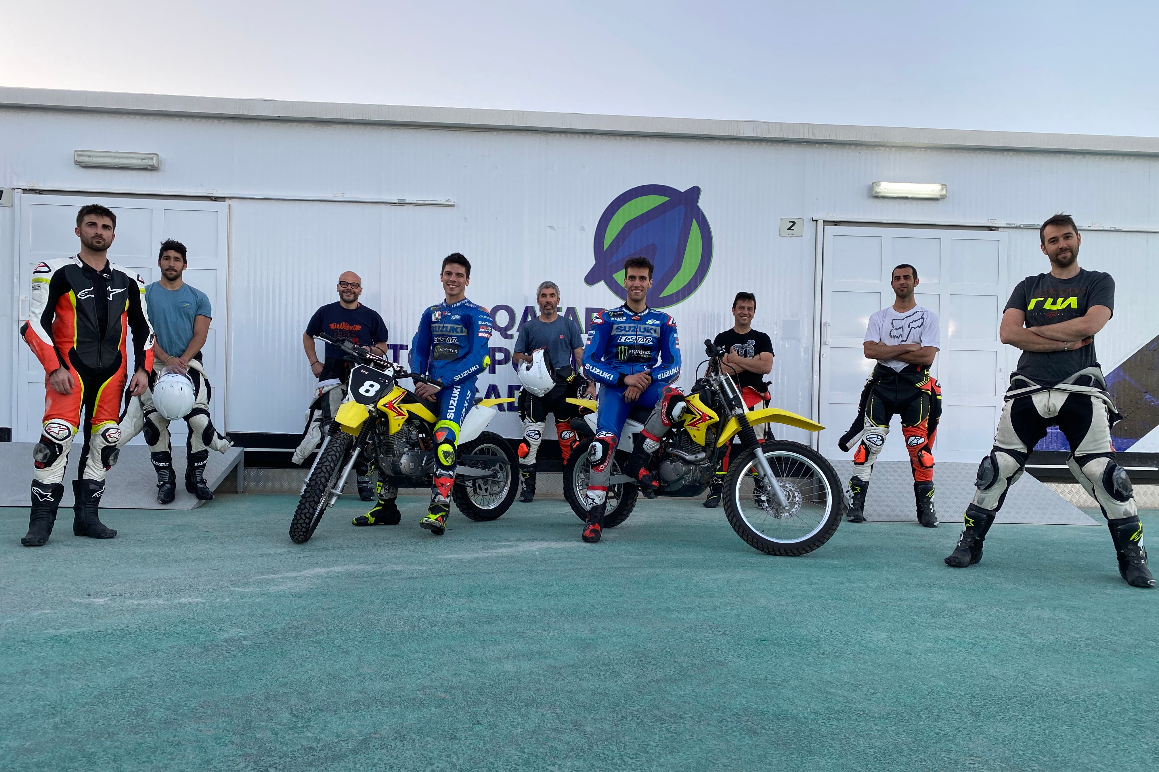 Mir, Rins y parte del equipo Suzuki entrenando en un karting anexo al Circuito de Losail