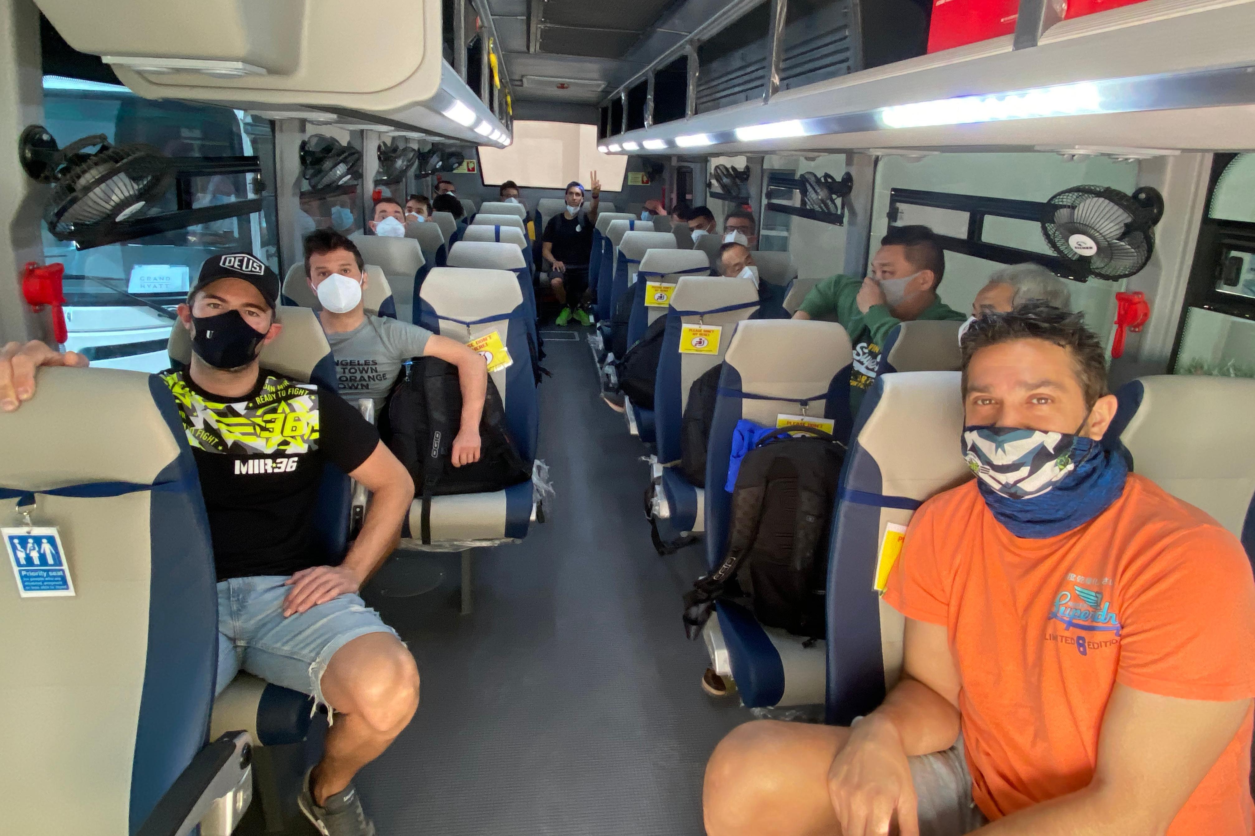 Miembros del equipo Suzuki se desplazan en Qatar con un bus, dentro de las medidas COVID-19
