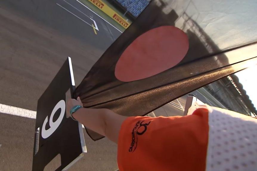 العلم الأسود مع دائرة برتقالية
