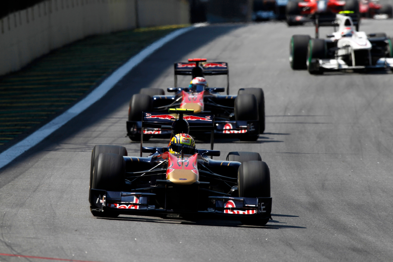 Jaime Alguersuari, Toro Rosso STR5 Ferrari, P11, unggul atas Sebastien Buemi, Toro Rosso STR5 Ferrari, P13, F1 Interlagos 2010.