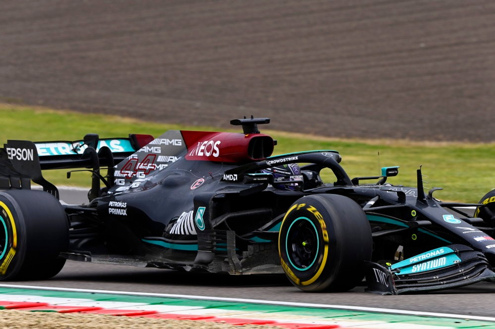 Lewis Hamilton with damaged front wing after error