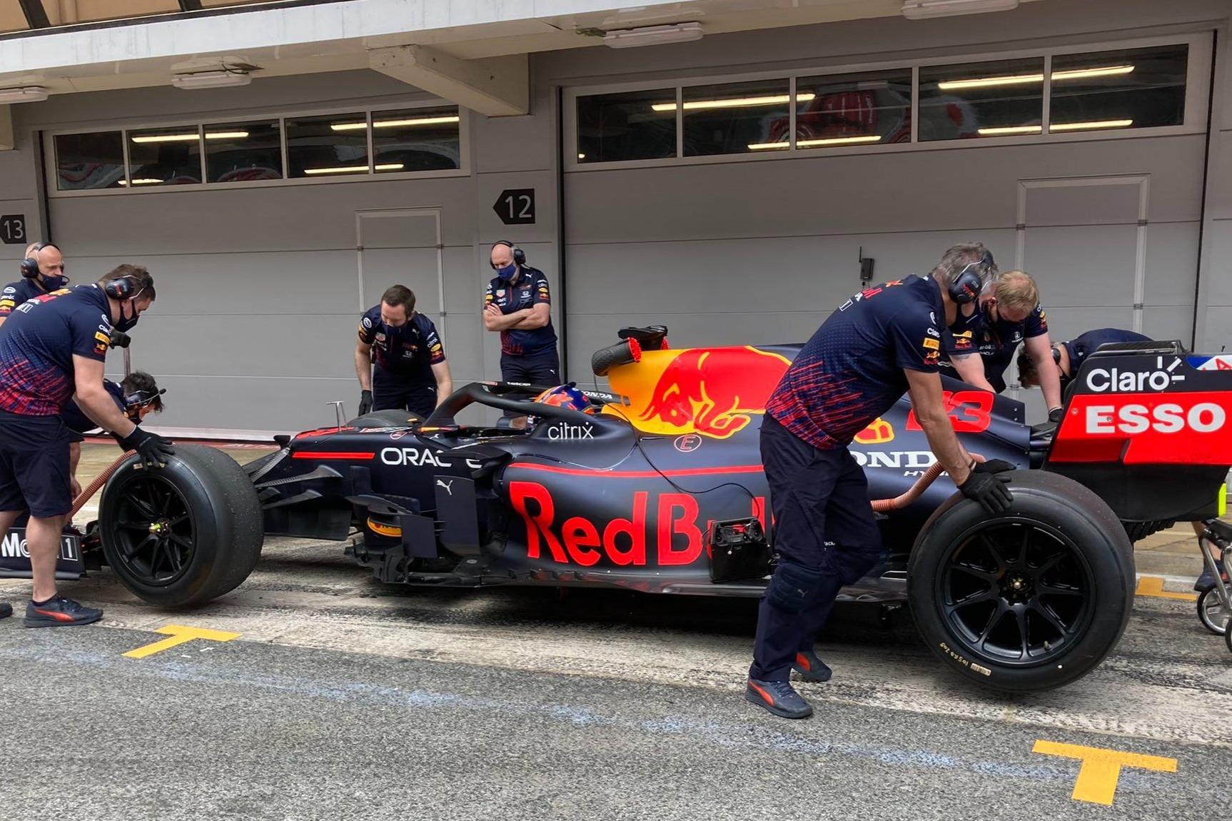 Así lució el Red Bull en el test de Pirelli en Barcelona.
