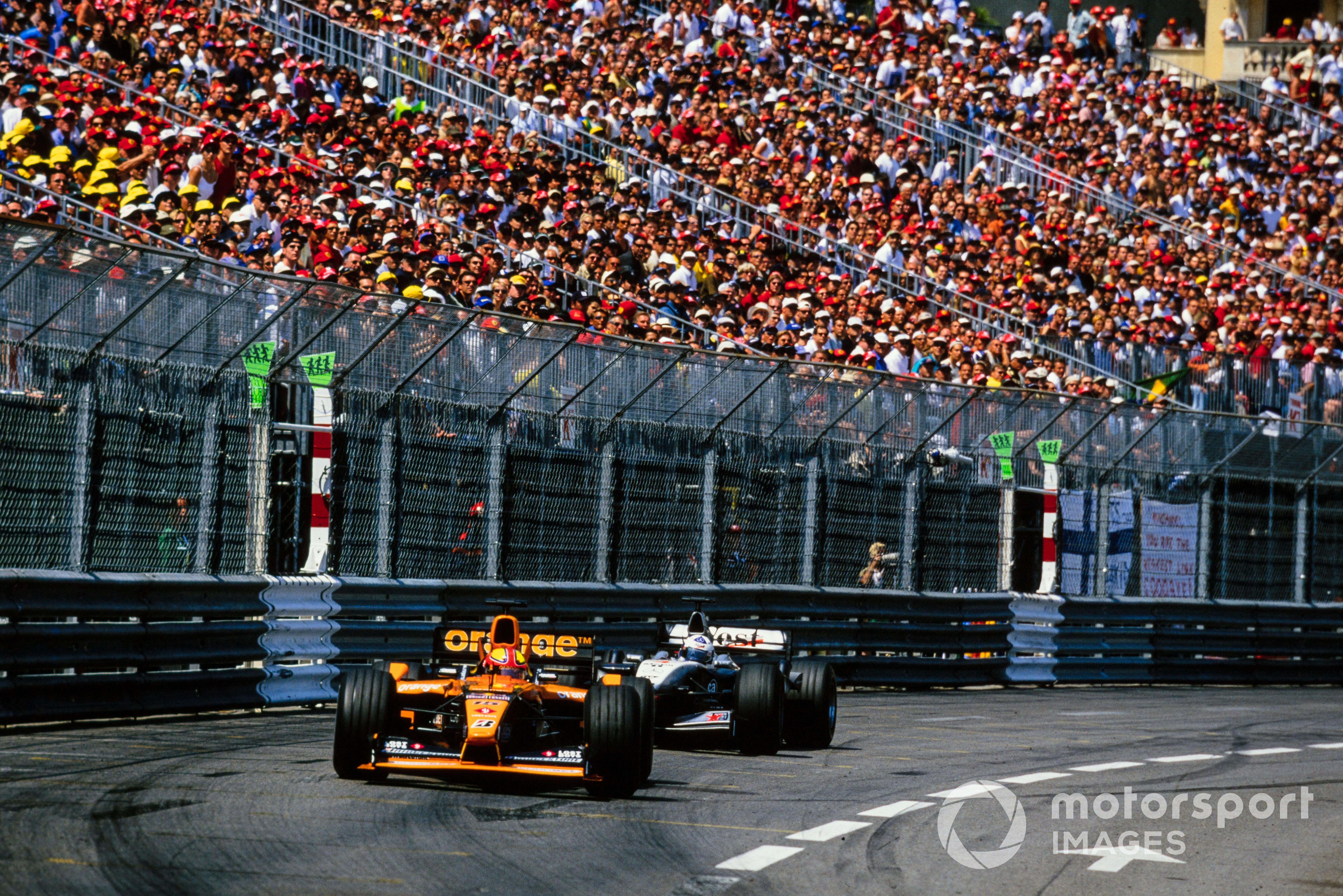 Enrique Bernoldi, Arrows A22 Asiatech, leads David Coulthard, McLaren MP4-16 Mercedes, 2001 Monaco GP