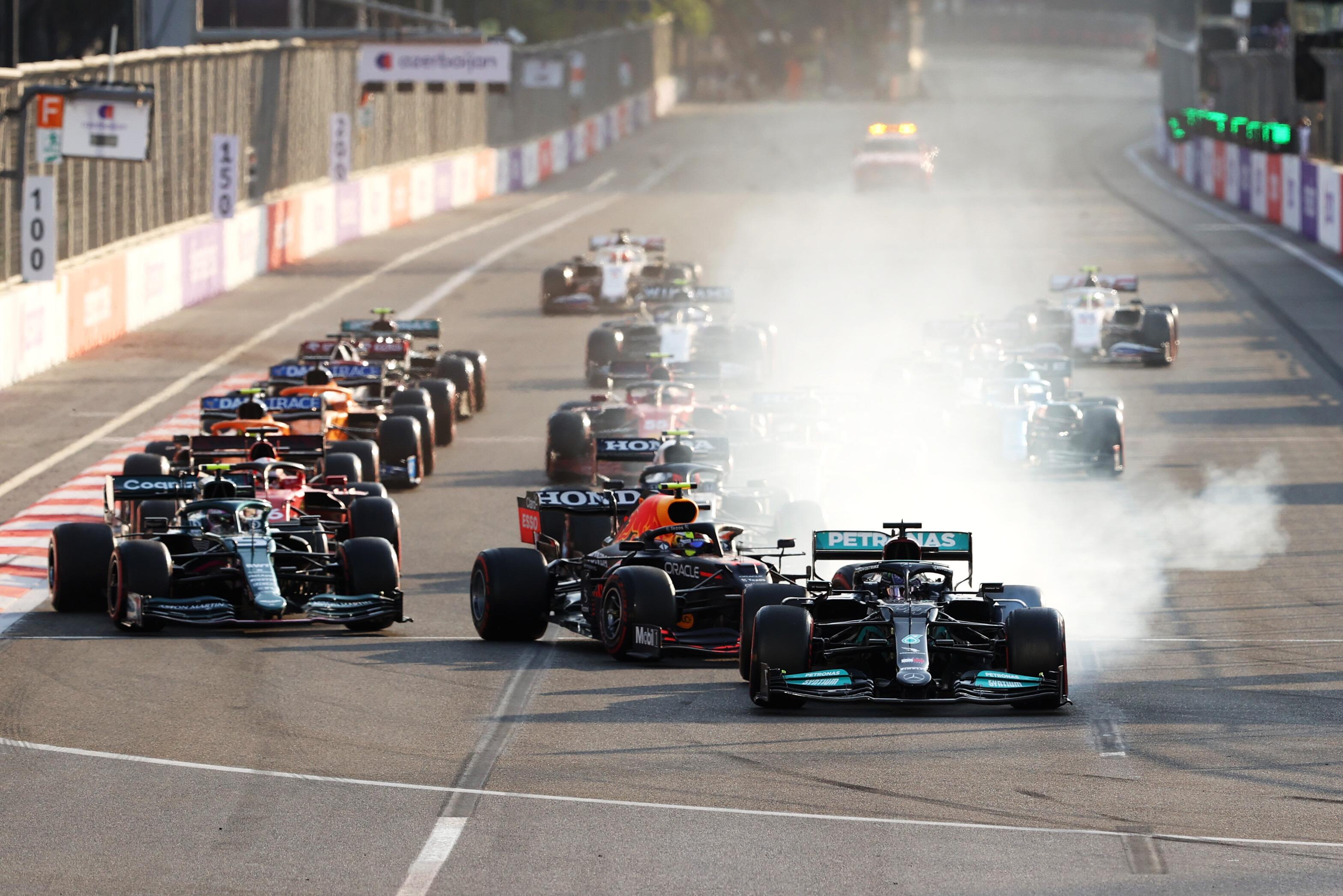 خروج هاميلتون عن المسار عند إعادة انطلاق السباق