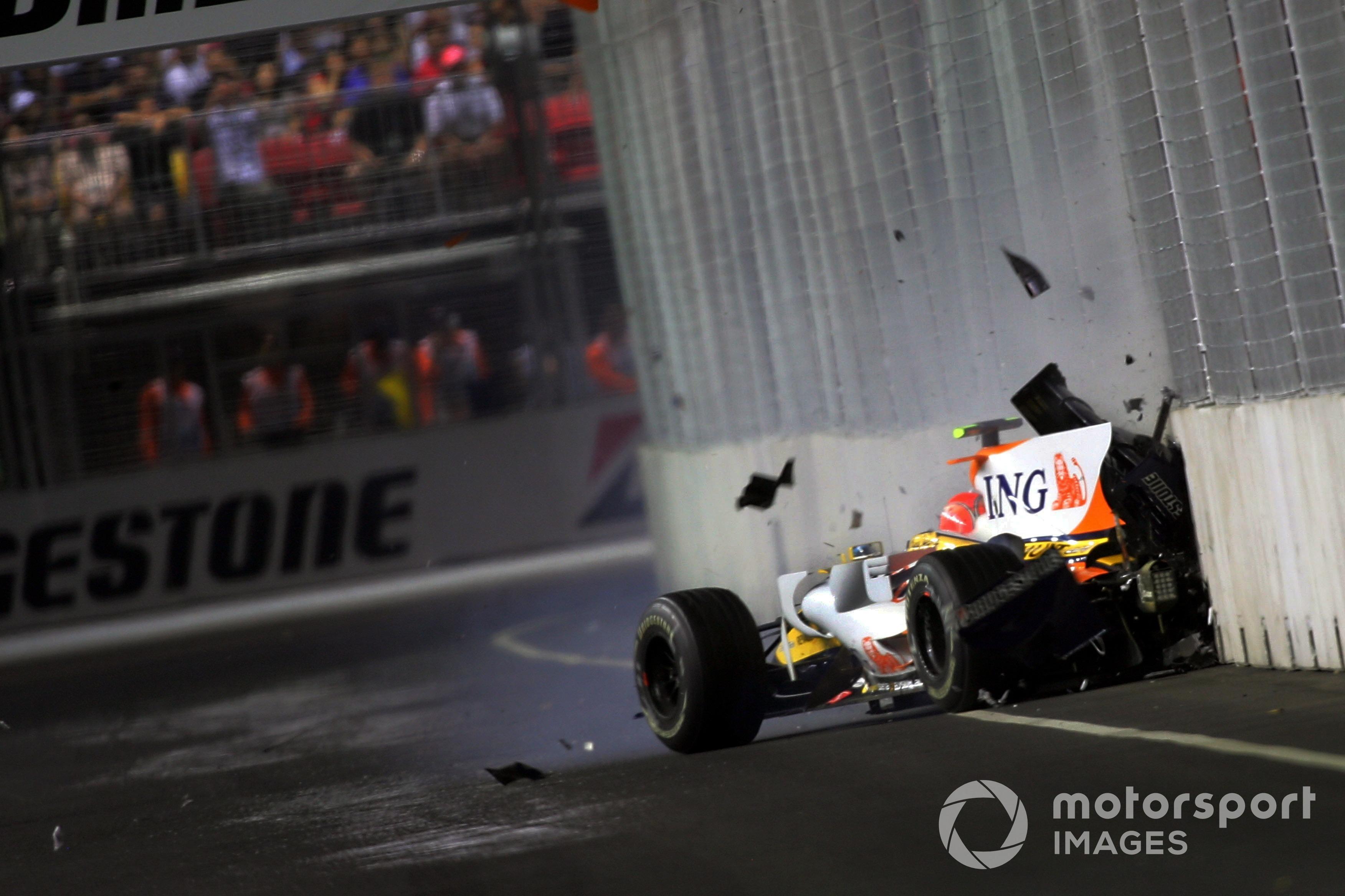 Nelson Piquet Jr. (BRA) choca su Renault en el GP de Singapur de 2008.