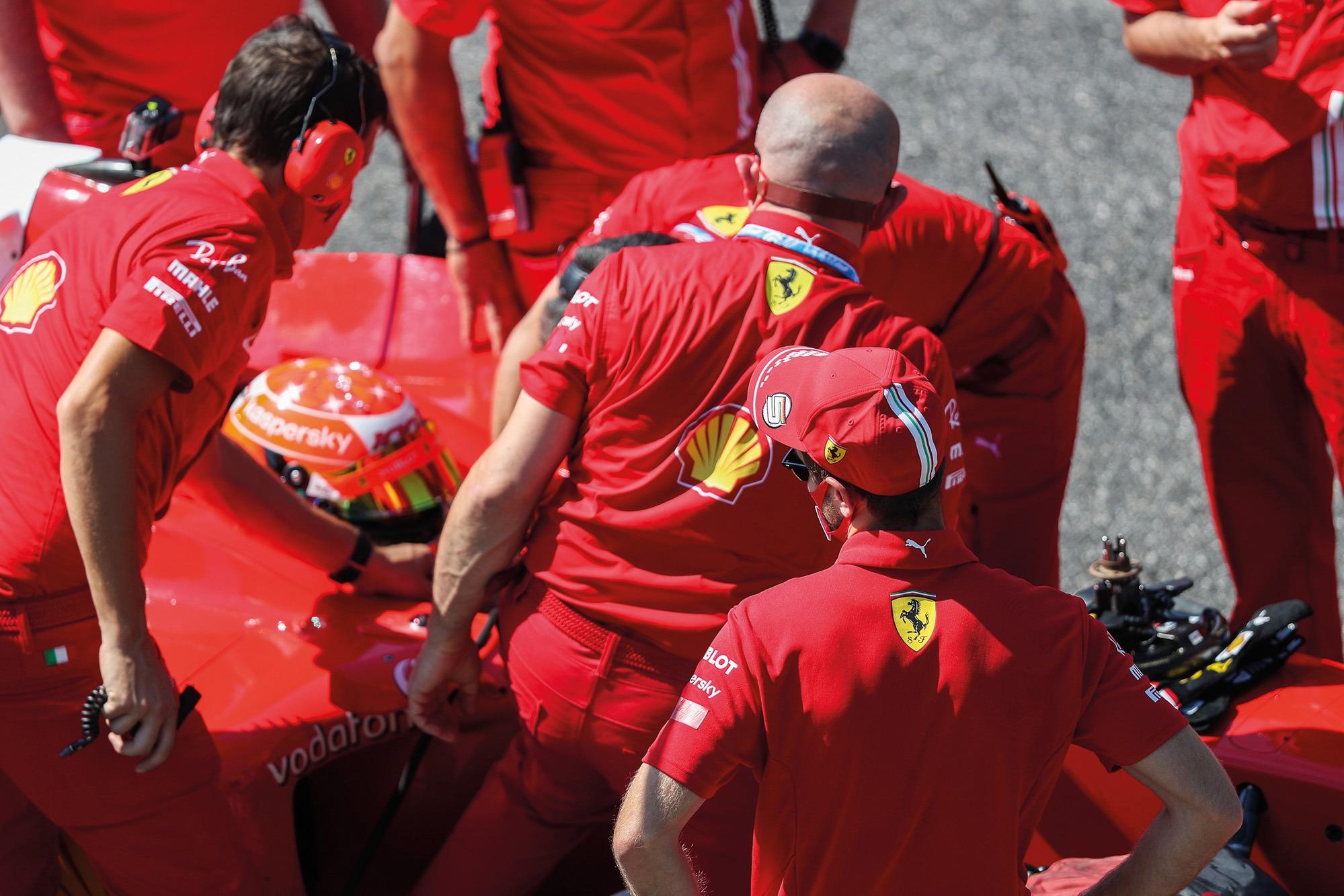 Vettel mira el test de Schumacher en el coche de su padre en el F2004 en el GP de la Toscana de 2020.