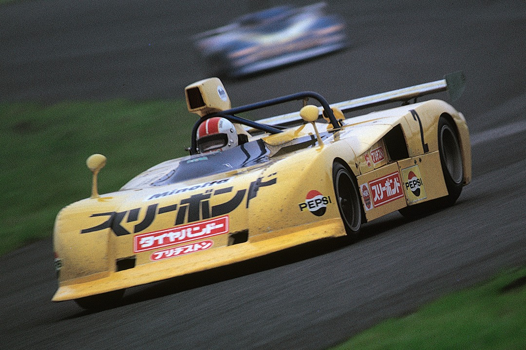 """1975年の富士GCで高橋国光が乗るマーチ745。大きな文字で""""スリーボンド""""と描かれており、同社のモータースポーツに賭ける意気込みが伺える。"""