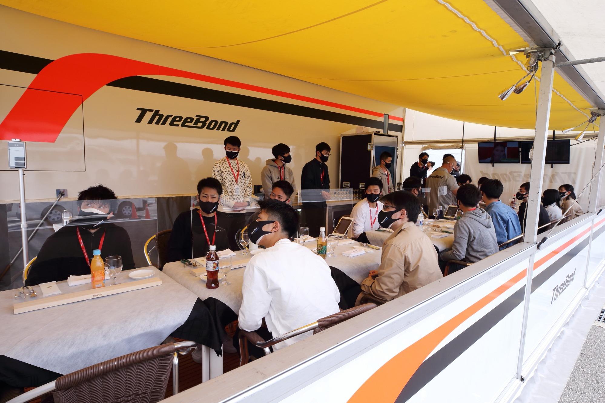 レースの週末、サーキットに設置したモーターホームでホスピタリティサービスを行う。スポンサーやパートナー企業の関係者が集まりビジネスの話になることも。