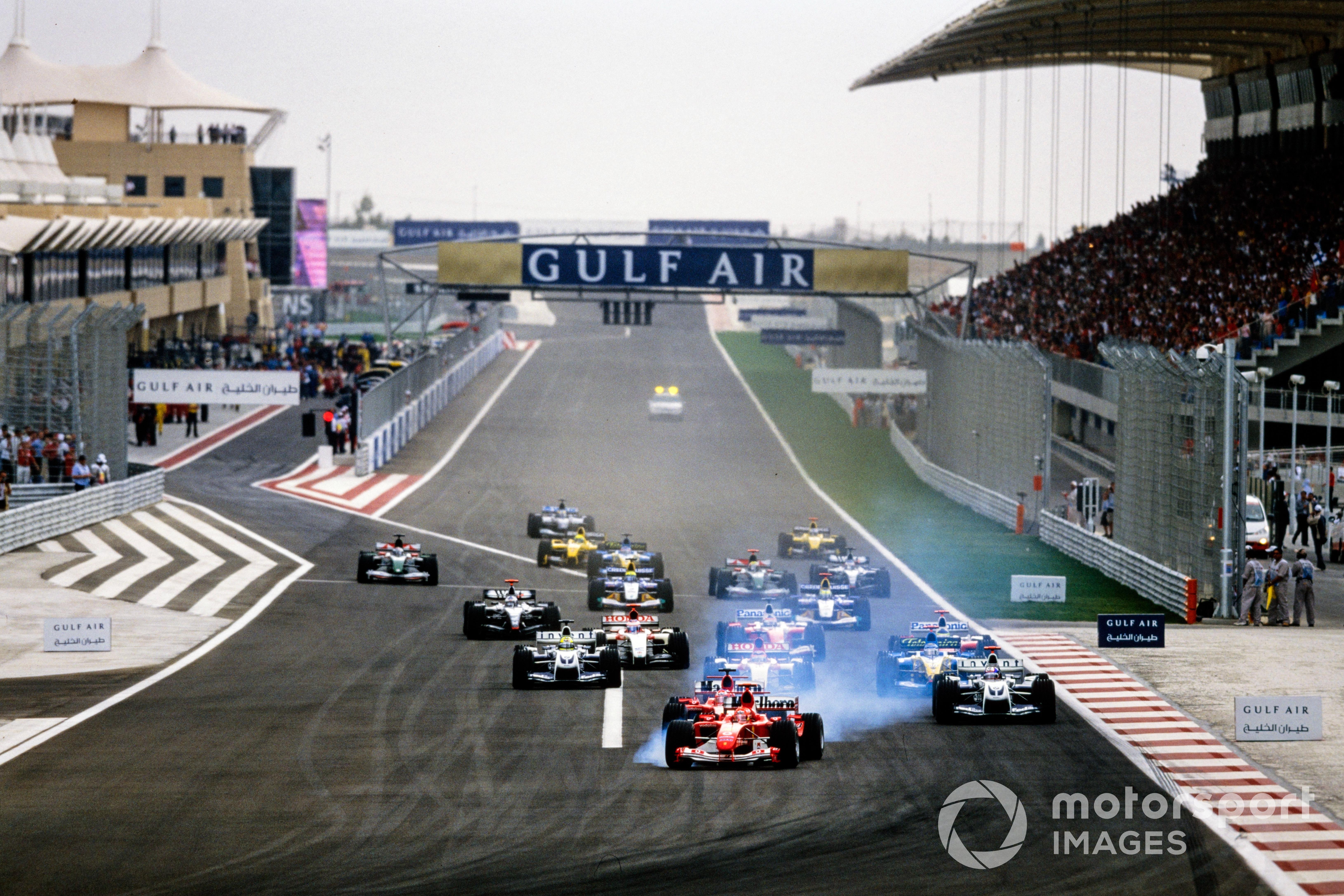 Michael Schumacher lidera en el inicio del GP de Bahréin de 2004.