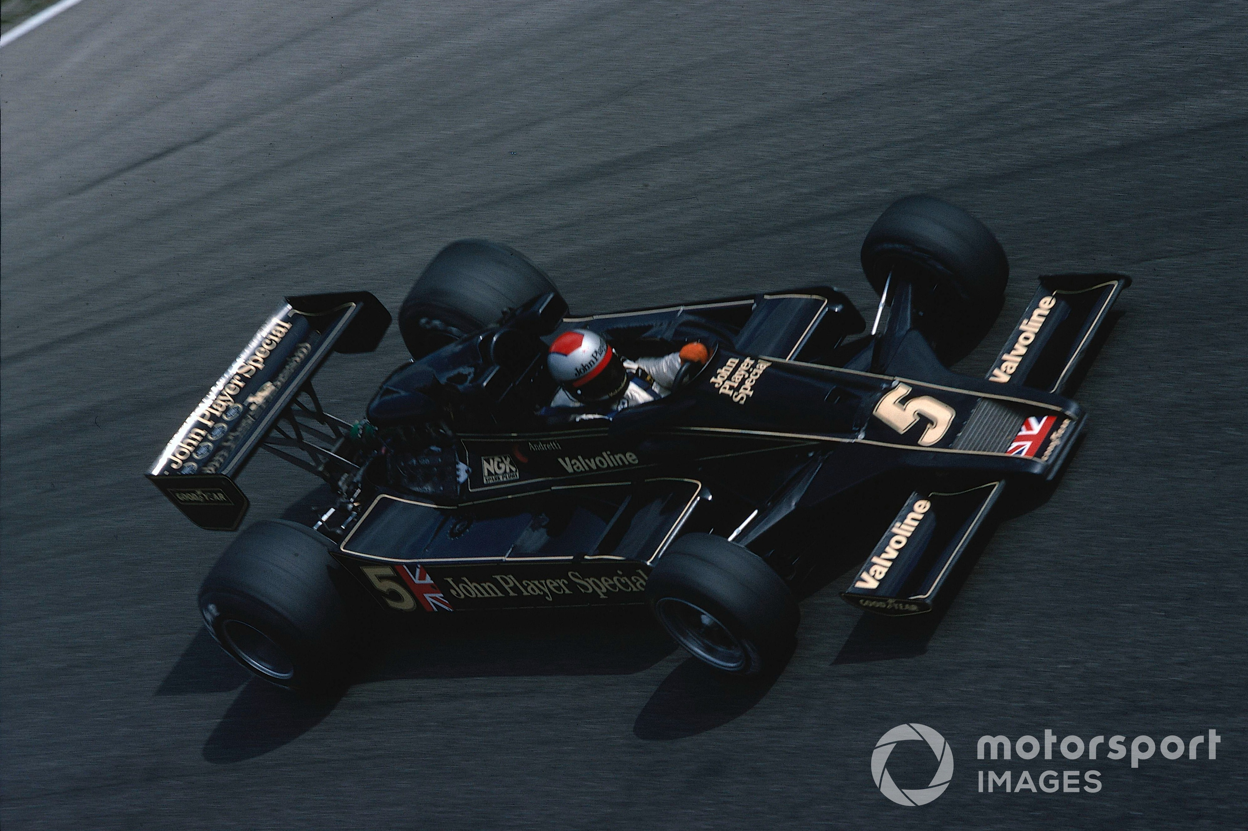 Mario Andretti in the Lotus-Ford 78 while leading the 1977 Italian GP