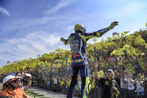 Valentino Rossi con sus fans en Misano