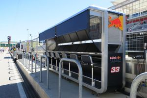 Red Bull-gantry op de pitmuur in Austin