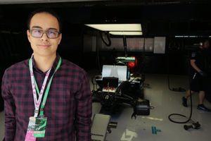 Erwin Jaeggi voor de auto van Lewis Hamilton in Austin