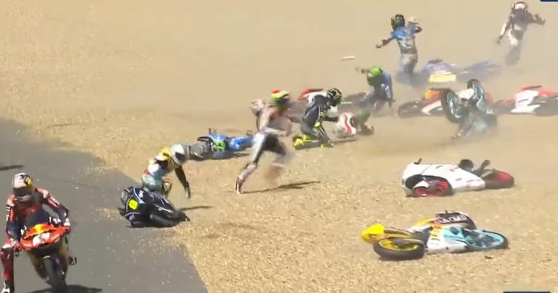 A corrida da Moto3 ficou marcada por um grande strike na volta 2: 17 motos caíram após Jakub Kornfeil ter lavado a pista de fluídos depois de um acidente na primeira volta. A prova foi parada com bandeira vermelha.