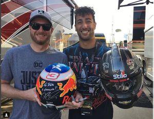 Dale Earnhardt Jr. y Daniel Ricciardo intercambian cascos