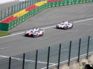 Porsche et Toyota passant sur la ligne de départ/arrivée