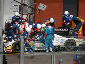 Bruno Senna laisse sa place pendant un pit-stop