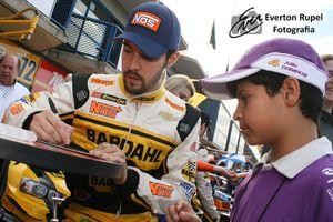Raphael Abbate signs an autograph