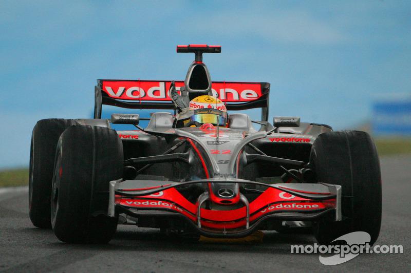 الاحتفال بلقبه الأول في الفورمولا واحد