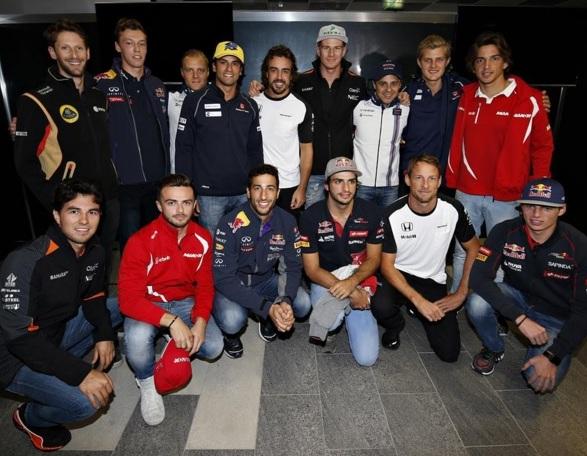 Pilotos confraternizam com Fernando Alonso o feito de 250 GPs do espanhol