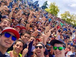 Carlos Sainz se hace un selfie con sus fans