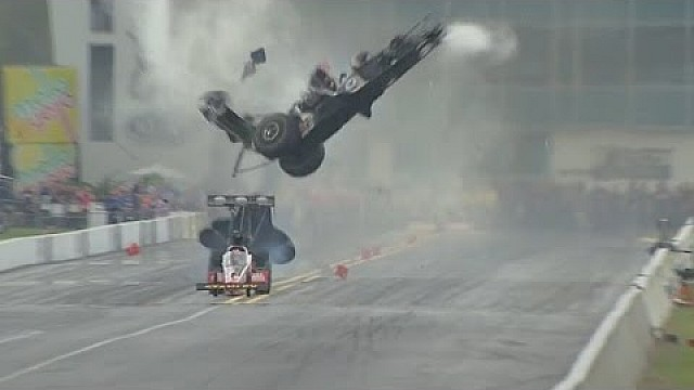 Larry Dixon se aleja de un espectacular accidente en Gainesville NHRA