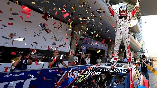 Citroën celebrates FIA WTCC crown with a treble!