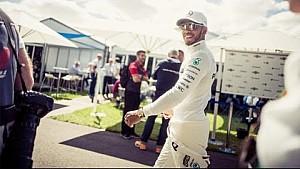 Lewis Hamilton vous fait découvrir l'hospitalité Mercedes à Melbourne