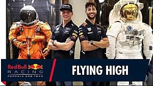 Daniel Ricciardo y Max Verstappen visitan el Centro Espacial Johnson de la NASA