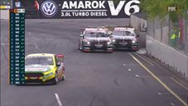 Scott Pye and James Courtney tangle in Adelaide